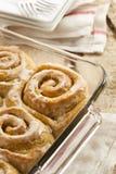 Petits pains collants faits maison de petit pain de cannelle Image stock
