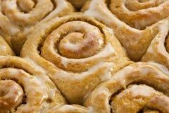 Petits pains collants faits maison de petit pain de cannelle Photographie stock