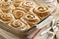 Petits pains collants faits maison de petit pain de cannelle Images stock
