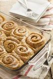 Petits pains collants faits maison de petit pain de cannelle Photographie stock libre de droits