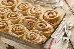 Petits pains collants faits maison de petit pain de cannelle Photo stock