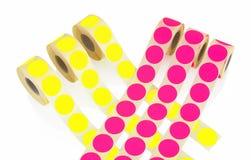 Petits pains colorés de label d'isolement sur le fond blanc avec la réflexion d'ombre Bobines de couleur des labels pour des impr Photographie stock