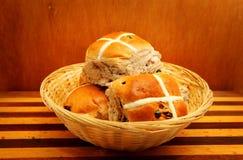Petits pains croisés chauds Images stock