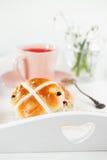 Petits pains croisés chauds dans le plateau en bois photos libres de droits
