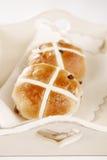 Petits pains croisés chauds dans le plateau en bois photo libre de droits