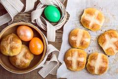 Petits pains croisés chauds de Pâques et oeufs faits maison, vue supérieure Images libres de droits
