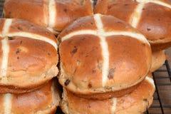 Petits pains croisés chauds de plan rapproché sur le support de refroidissement Images stock