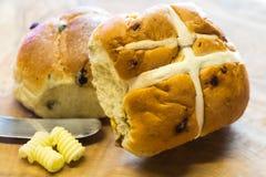 Petits pains croisés chauds et beurre de Pâques Images libres de droits