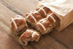 Petits pains croisés chauds pour Pâques dans un paquet de papier Images stock