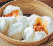 Petits pains cuits à la vapeur de porc, dim sum chinois Images stock