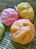 Petits pains cuits à la vapeur par Chinois colorés Photos stock