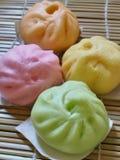 Petits pains cuits à la vapeur par Chinois colorés Photo stock