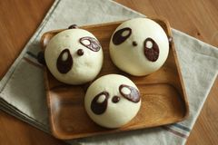 Petits pains cuits à la vapeur par panda photo stock