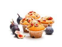 Petits pains cuits au four avec des figues d'isolement sur le blanc Photographie stock