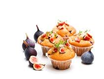 Petits pains cuits au four avec des figues d'isolement sur le blanc Photographie stock libre de droits