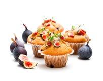 Petits pains cuits au four avec des figues d'isolement sur le blanc Images libres de droits