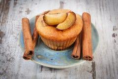 Petits pains cuits au four frais avec des prunes et des bâtons de cannelle sur le vieux fond en bois, dessert délicieux Photographie stock