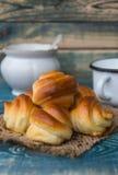 Petits pains cuits au four frais avec les graines de sésame noires Image stock