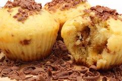 Petits pains cuits au four frais et chocolat râpé sur la planche à découper en bois Photos stock
