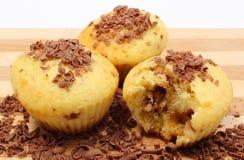 Petits pains cuits au four frais et chocolat râpé sur la planche à découper en bois Photographie stock