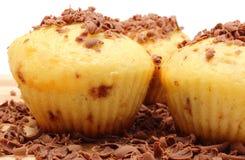 Petits pains cuits au four frais et chocolat râpé sur la planche à découper en bois Photos libres de droits
