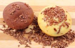 Petits pains cuits au four frais et chocolat râpé sur la planche à découper en bois Image libre de droits
