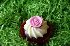 Petits pains décorés de la fleur rose sur le fond vert Image stock