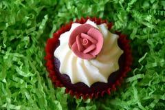 Petits pains décorés de la fleur rose sur le fond vert Photo libre de droits