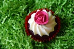 Petits pains décorés de la fleur rose sur le fond vert Image libre de droits