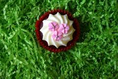 Petits pains décorés des fleurs roses sur le fond vert Photographie stock