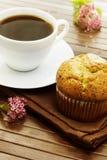 Petits pains délicieux de clou de girofle avec une tasse de café Photographie stock libre de droits