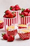 Petits pains délicieux sous forme de points de polka, fraises dans un s Photo libre de droits