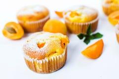 Petits pains d'abricot avec le fruit frais sur le blanc Image libre de droits