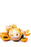Petits pains d'abricot avec le fruit frais sur le blanc Images stock