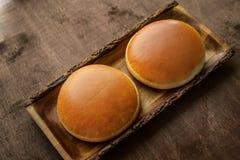 Petits pains d'hamburger avec la croûte d'or sur le fond en bois image libre de droits
