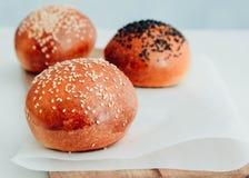 Petits pains d'hamburger faits maison Petits pains savoureux avec le sésame Image libre de droits