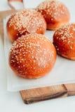 Petits pains d'hamburger faits maison Petits pains savoureux avec le sésame Images libres de droits