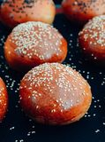 Petits pains d'hamburger faits maison Petits pains savoureux avec le sésame Images stock