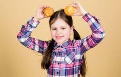 Petits pains d?licieux Enfant mignon de fille mangeant les petits pains ou le petit g?teau Dessert doux Recette culinaire Casse-c photo libre de droits