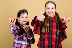 Petits pains d?licieux Enfants mignons de filles mangeant les petits pains ou le petit g?teau Dessert doux Recette culinaire Cass images libres de droits