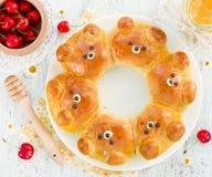 Petits pains d'ours - idée créative pour l'art de nourriture pour des enfants Photographie stock libre de droits
