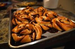 Petits pains danois de torsion de Babka avec du chocolat sur une fin d'abrégé sur plateau Images libres de droits