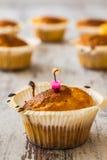 Petits pains dans des supports de petit gâteau Images stock