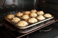 Petits pains dans le four photographie stock