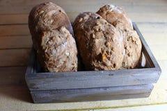 petits pains dans un panier images stock