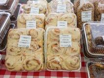 Petits pains de cannelle à vendre Images libres de droits