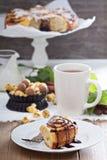 Petits pains de cannelle avec du chocolat et la crème Image stock