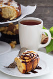 Petits pains de cannelle avec du chocolat et la crème Images stock
