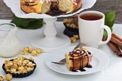 Petits pains de cannelle avec du chocolat et la crème Photo stock