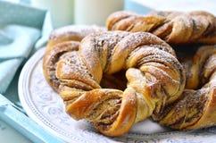 Petits pains de cannelle avec du lait photo libre de droits